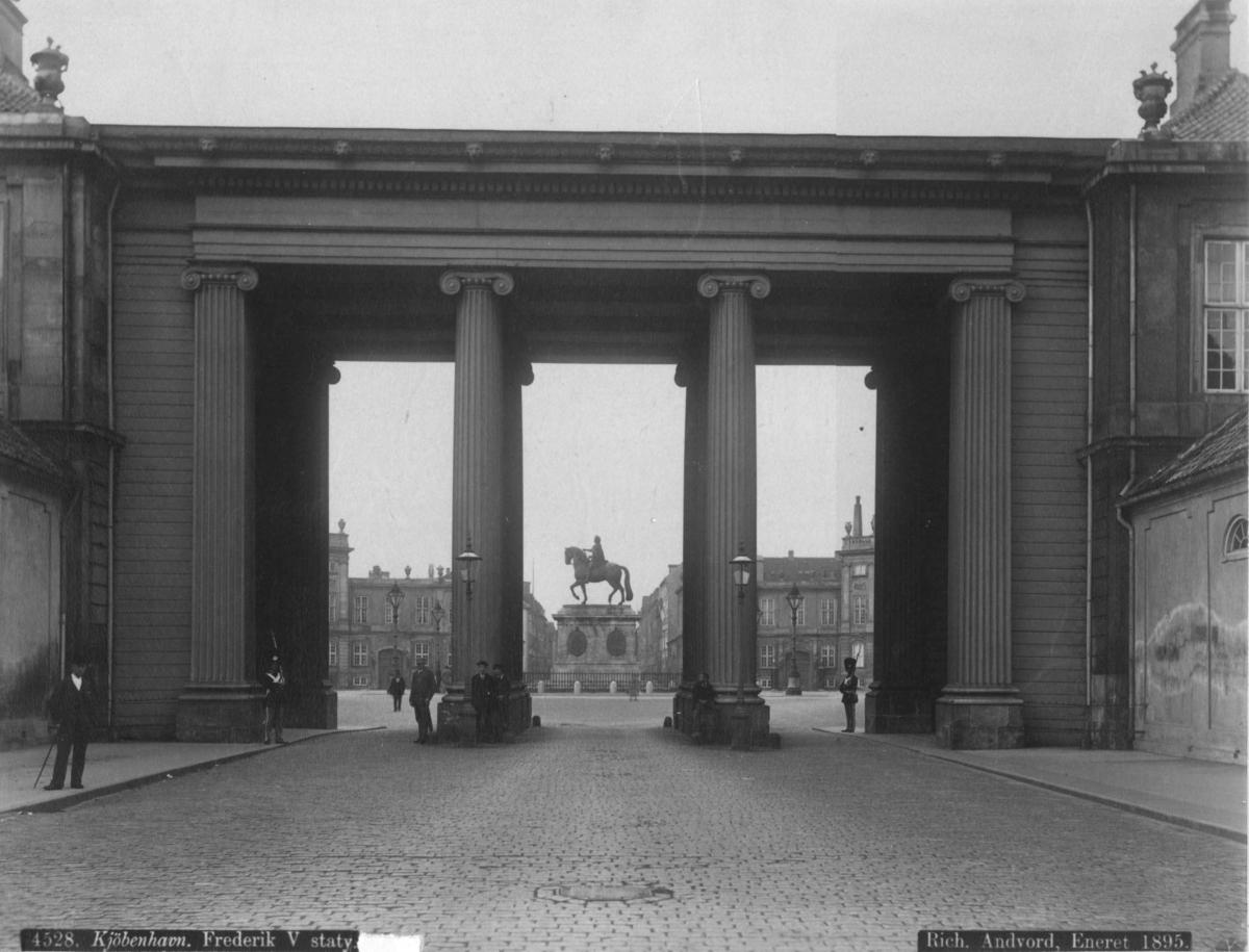 Postkort.  Portal inn til Amalienborg Slott og slottsplassen.