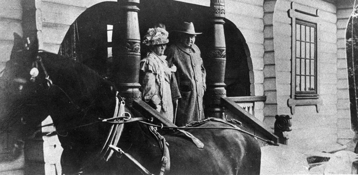 Bjørnstjerne (1832-1910) og Karoline (1835-1934) Bjørnson, Larvik, Vestfold, sommeren 1909. Et av de siste eksisterende bilder av Bjørnson, idet de forlater Larvik Bad etter kuroppholdet. Bjørnson døde jbare et par måneder senere i Paris.