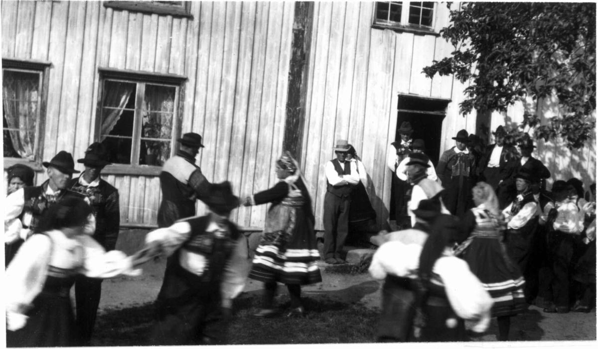 """Bryllup, Valle, Setesdal, Aust-Agder, antatt 1924. Dans utendørs. Fra """"De Schreinerske samlinger"""" (skal oppgis)."""