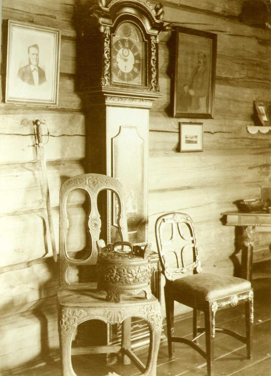 Gulvur, stoler og ambar, Kleivsæter, Vågå, Oppland. Fotografert 1908.
