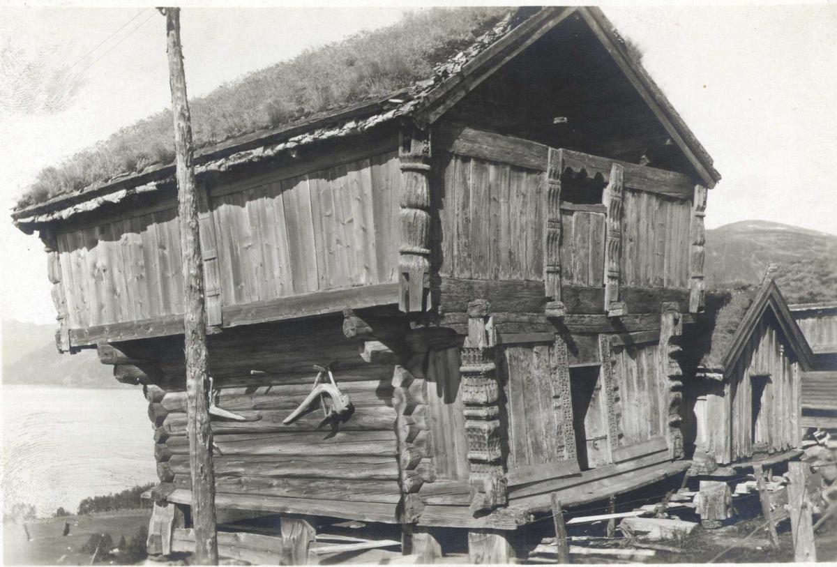 Loft og bur, Midtgarden, Rauland, Vinje, Telemark. Fotografert 1921.