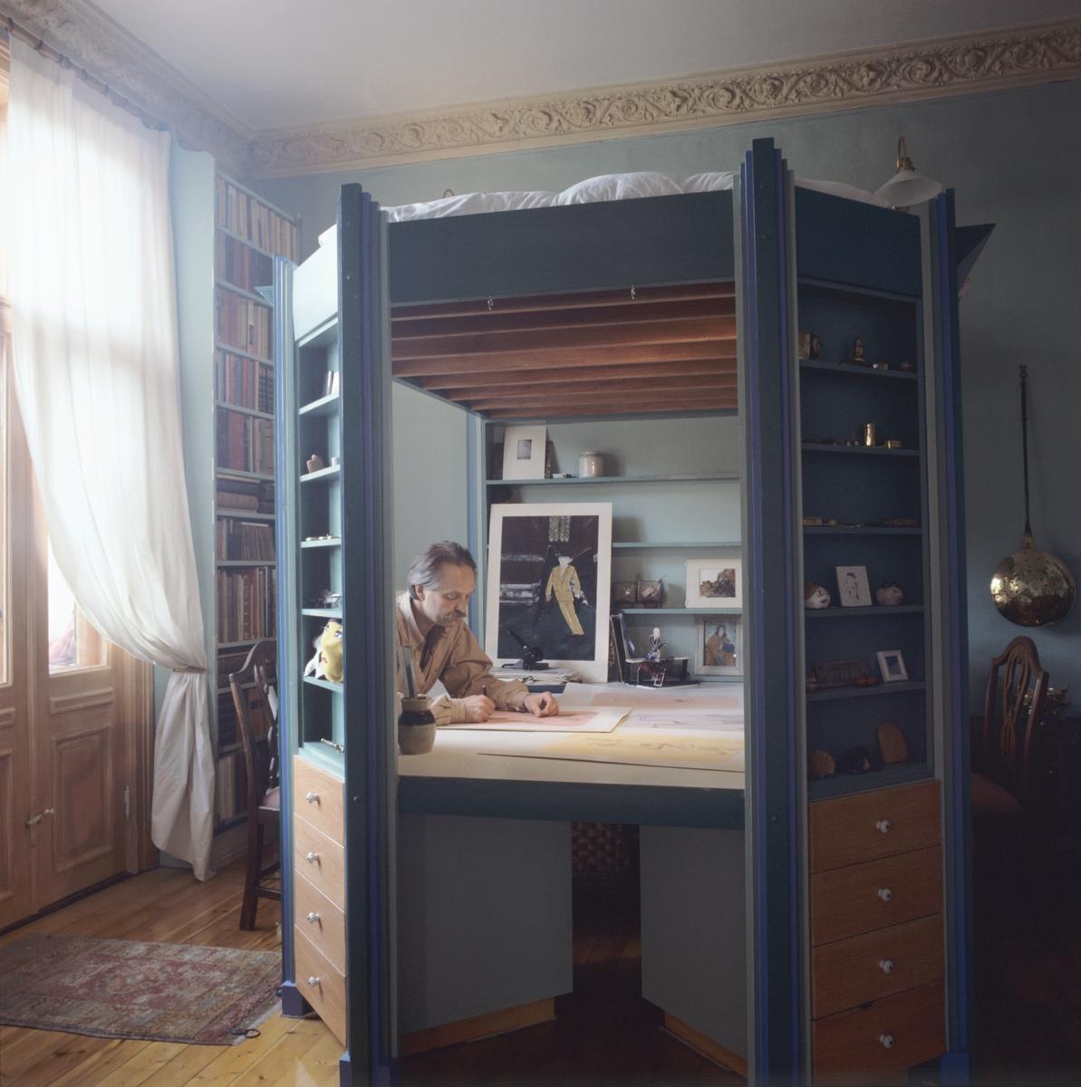 Kombinert arbeidsplass og sengeplass i ett møbel. llustrasjonsbilde fra Bonytt 1986.