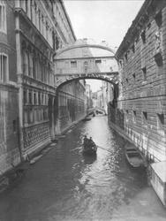 To mennesker i en gondol på en av kanalene i Venzia. Robsahm