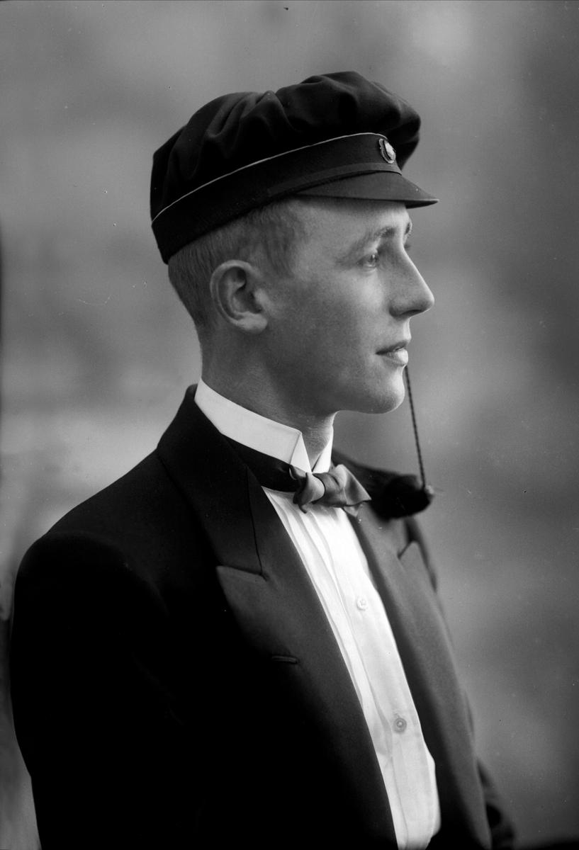 Portrett, mann med studentlue. Student Johan Brandt.