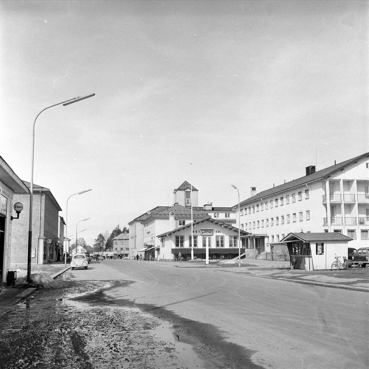 Elverum, 05.04.1960. 20 år etter 9.april 1940. Bygate med Hotel Central.