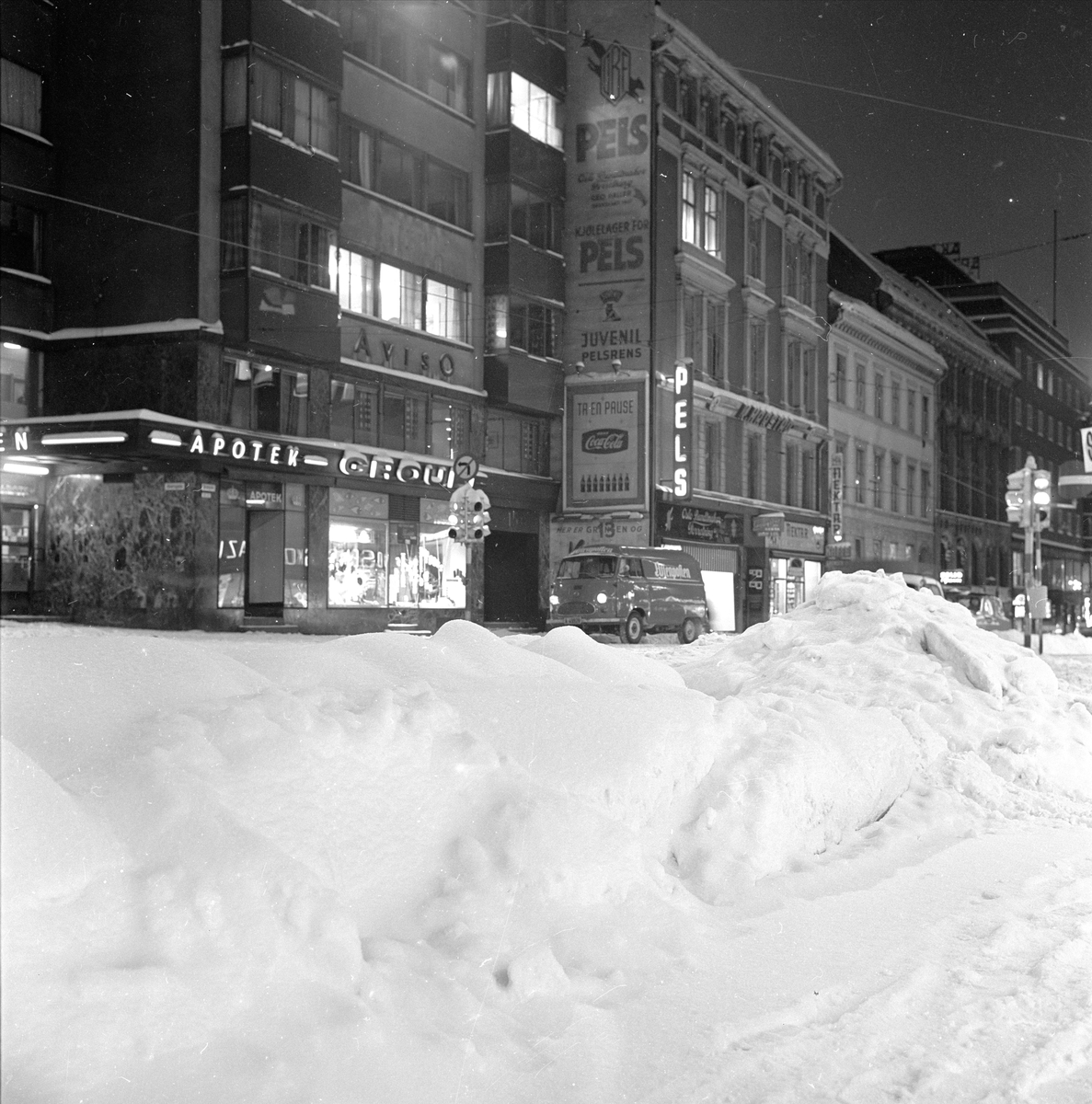 Oslo, 1967. Gatebilde med snø.