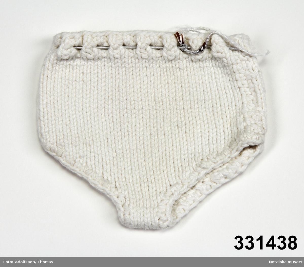 Stickade dockunderbyxor av vitt bomullsgarn och med gummiresår i midjan. /Karin Dern 2011-09-13