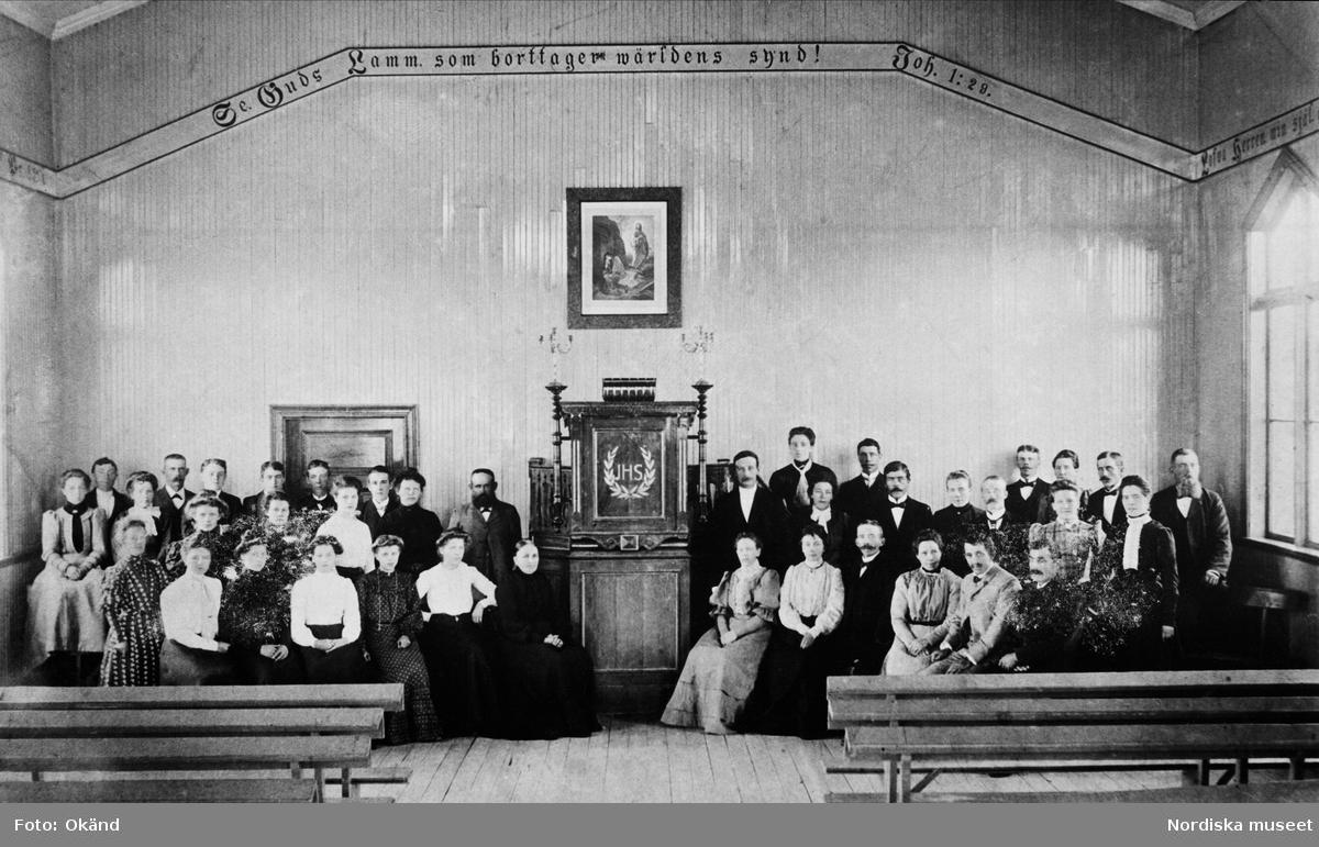 """""""Den rosenianska väckelsen vann många anhängare i sågverksamhällena. I Obbola bildades sålunda 1895 Lutherska Missionsföreningen, ansluten till Evangeliska Fosterlandsstiftelsen. Den uppförde samma år ett bönhus, där församlingen fotograferades 1904."""""""