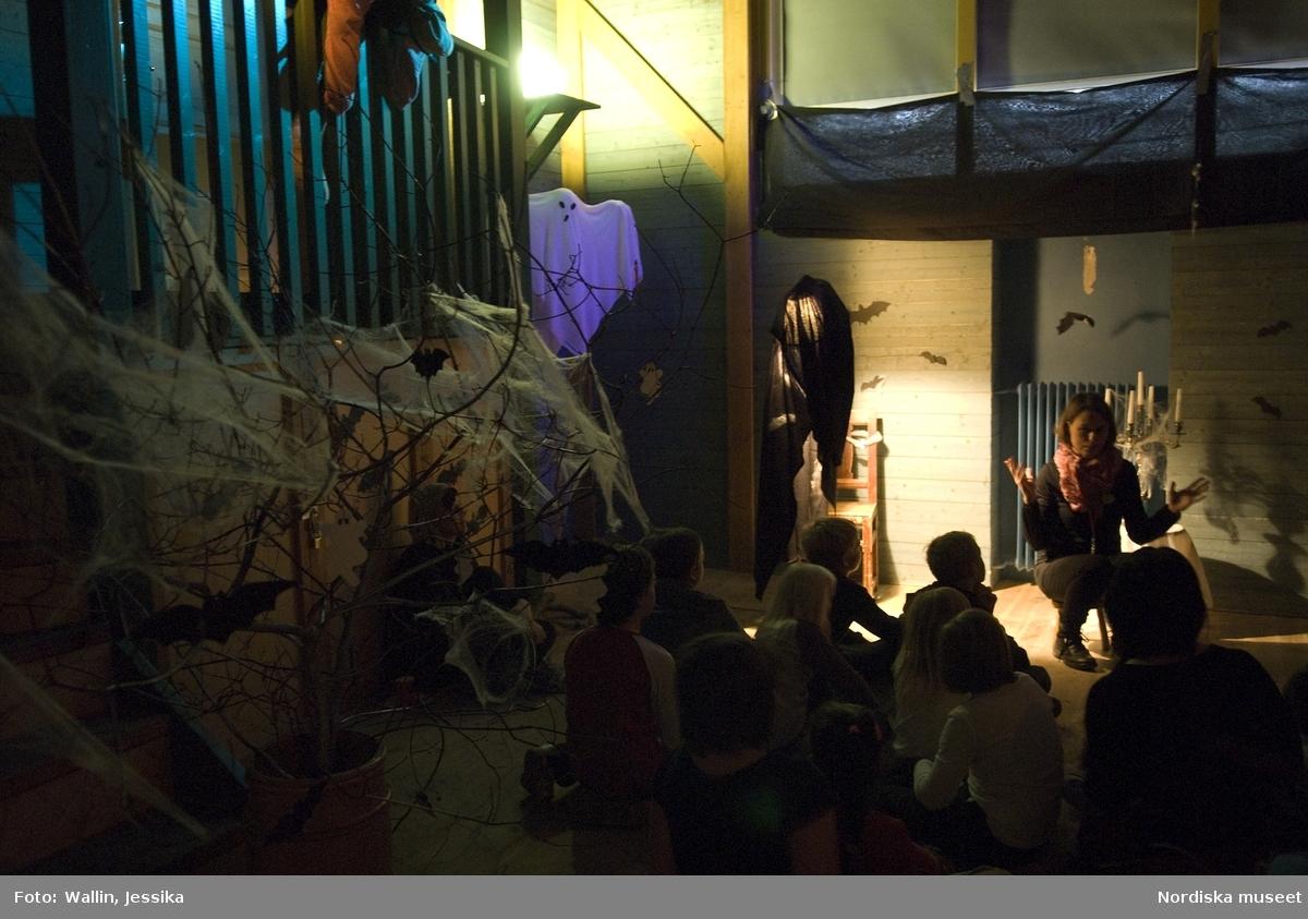 """Halloweenpyssel i Nordiska museets stora hall under höstlovet 2009. Nordiska museets personal Wenke Rundberg berättar spökhitorier på """"vinden"""" för barn."""
