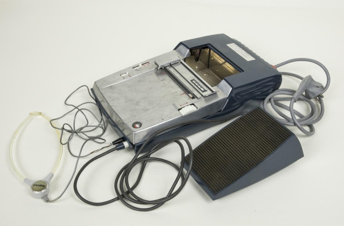Diktafon av märke Rols 1, 6 volt. Nätaggregat Rols. Fotpedal och hörlurar. Made in Germany-under Staar Patents. Brussels.
