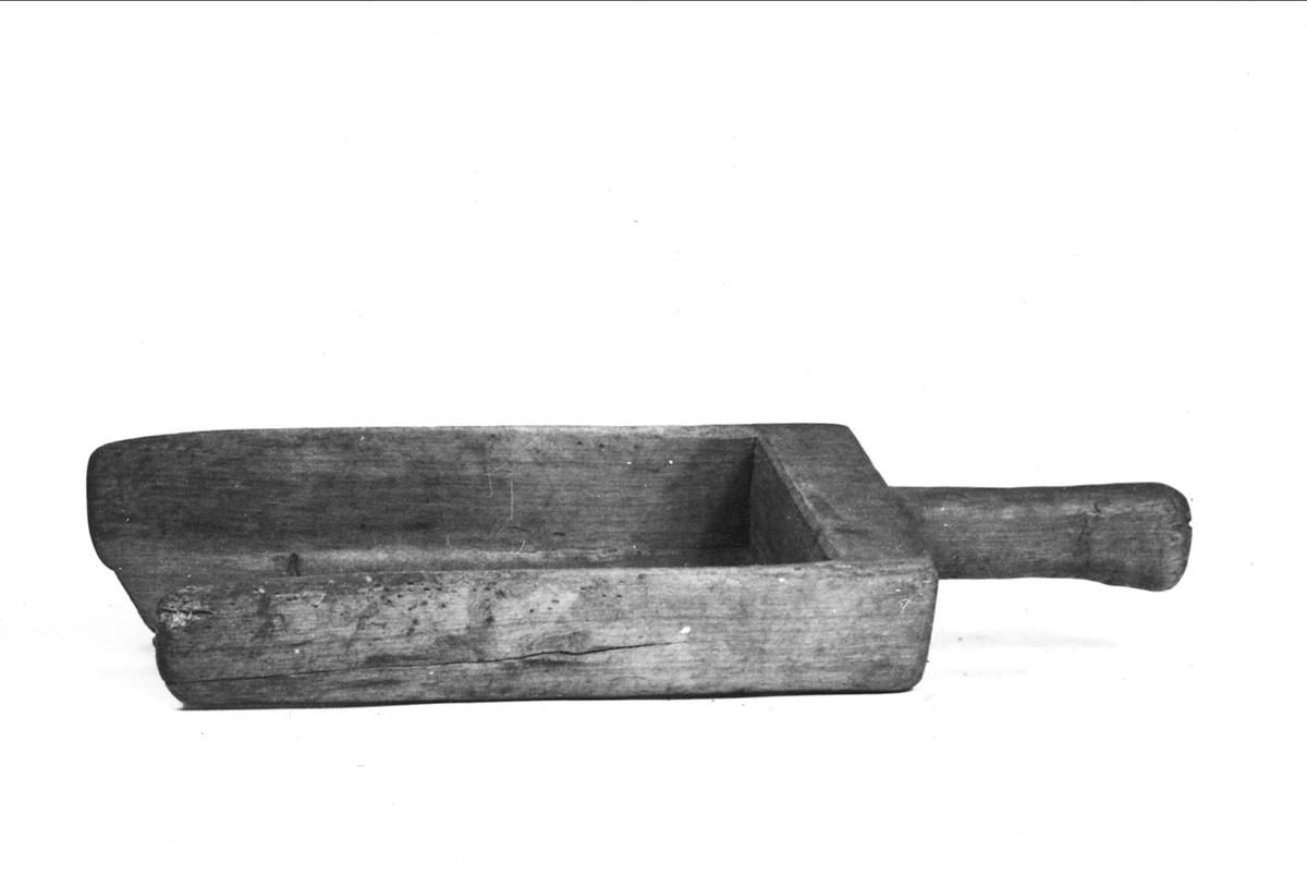 Kastskovel av trä. Märkt Husby-Långhundra.