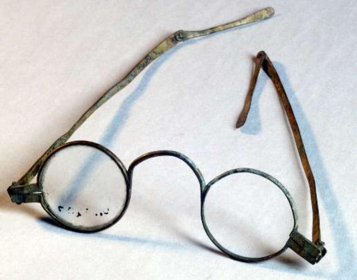 Glasögon, bågar av mässing. Bågarna ledade.