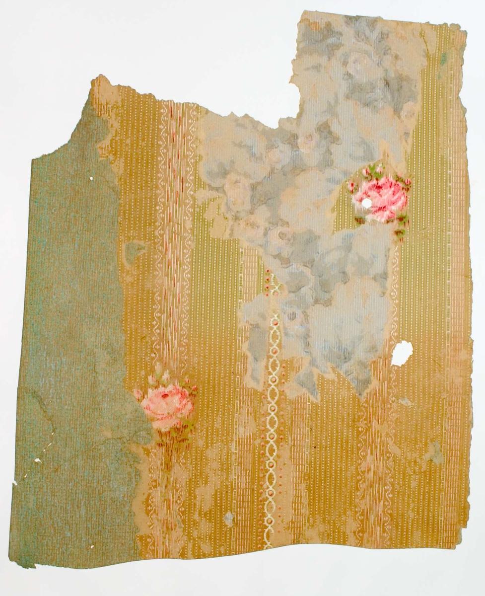 Tre tapetlager på varandra med tryckt mönster. Första lagret är i färgerna grönt och brunt. Andra lagret är i gulbrunt, grönt, och rött.  Tredje lagret är i färgerna grått och blått. Text på baksidan av kartongen: Nr 75 Kv. Svanhild nr 2 n.b. rum 4.
