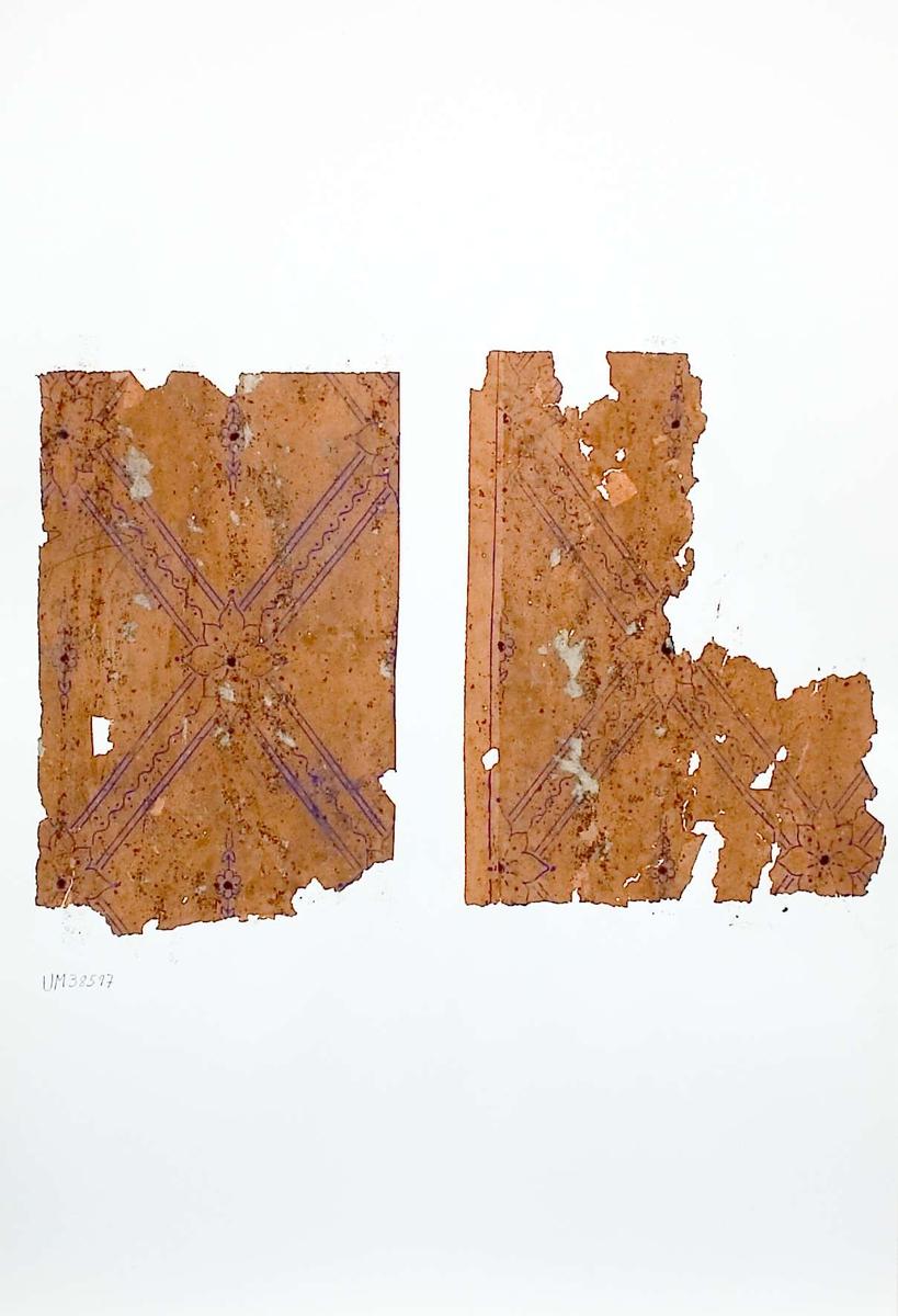 Två tapetprover med tryckt mönster, brunt och blått. Kartongen är numrerad på baksidan: 172 11.
