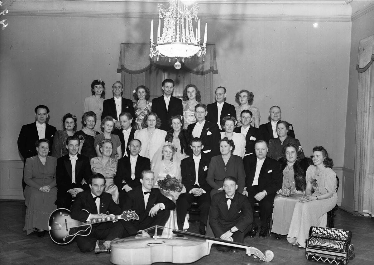 Grupp med brudpar på Stadshotellet, Trädgårdsgatan 3, Uppsala 1947