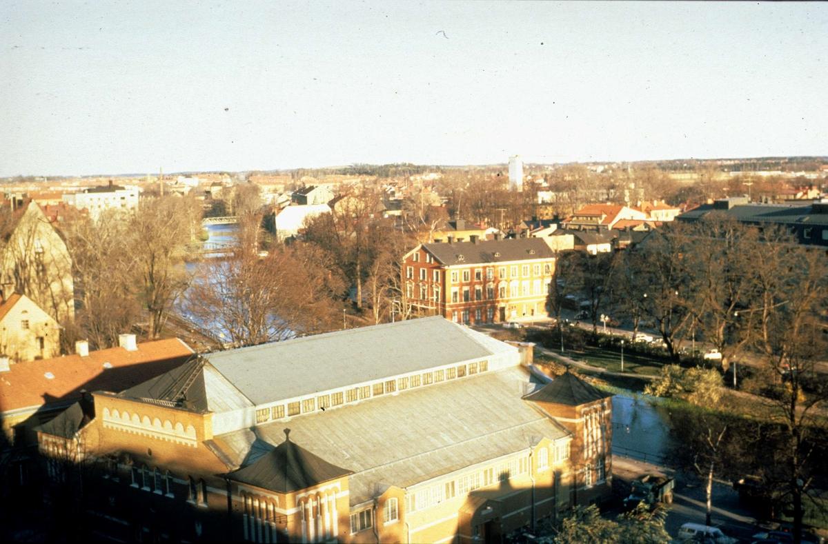 Stadsvy med Saluhallen och Fyrisån, Uppsala november 1971