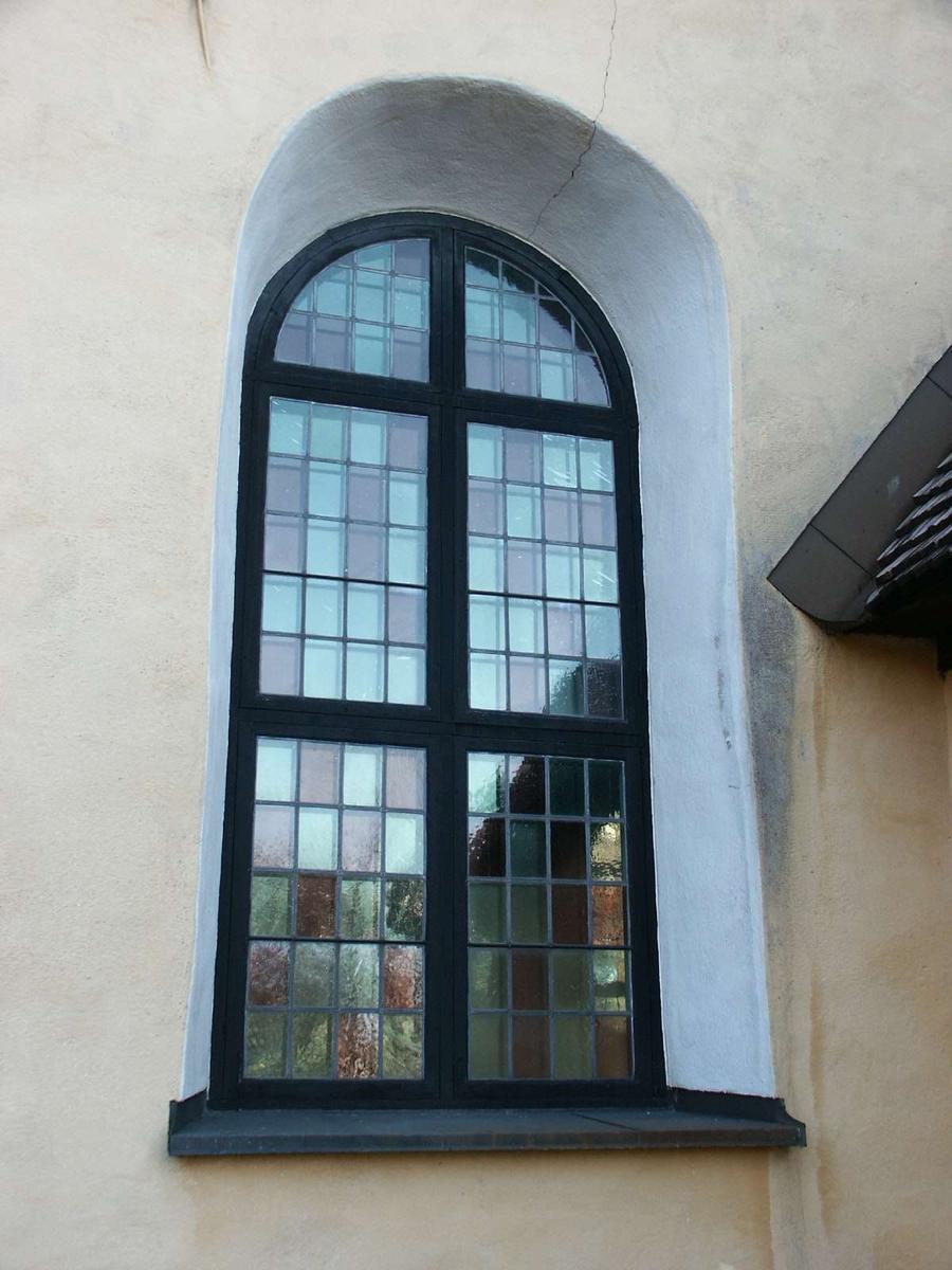 Blyspröjsade träbågar i fönster,  Ärentuna kyrka, Ärentuna socken, Uppland 2004