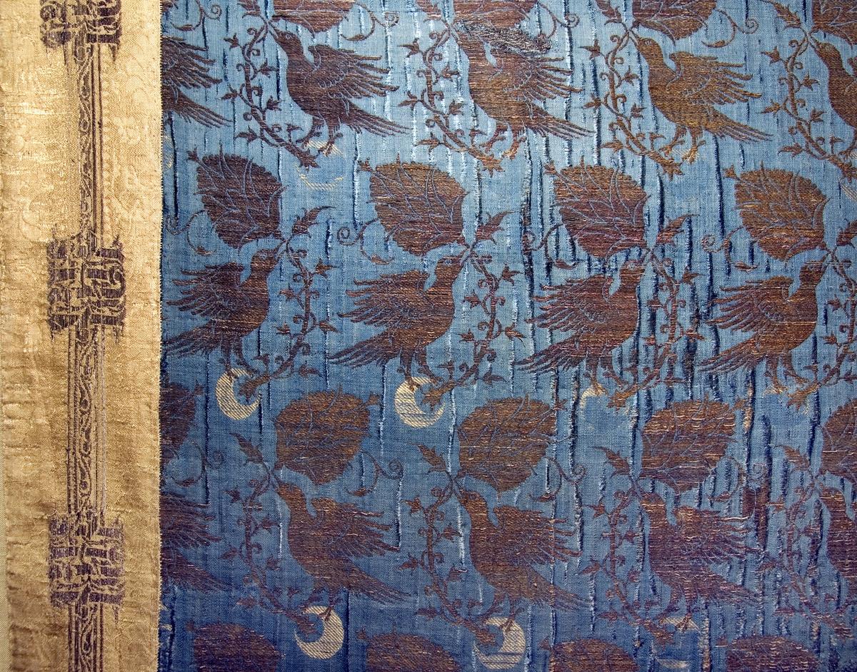 Detalj av den blå kåpans membranguldsbrokad samt kåpans bräm av ursprungligen röd membranguldsbrokad, Uppsala domkyrka, Uppsala 2009