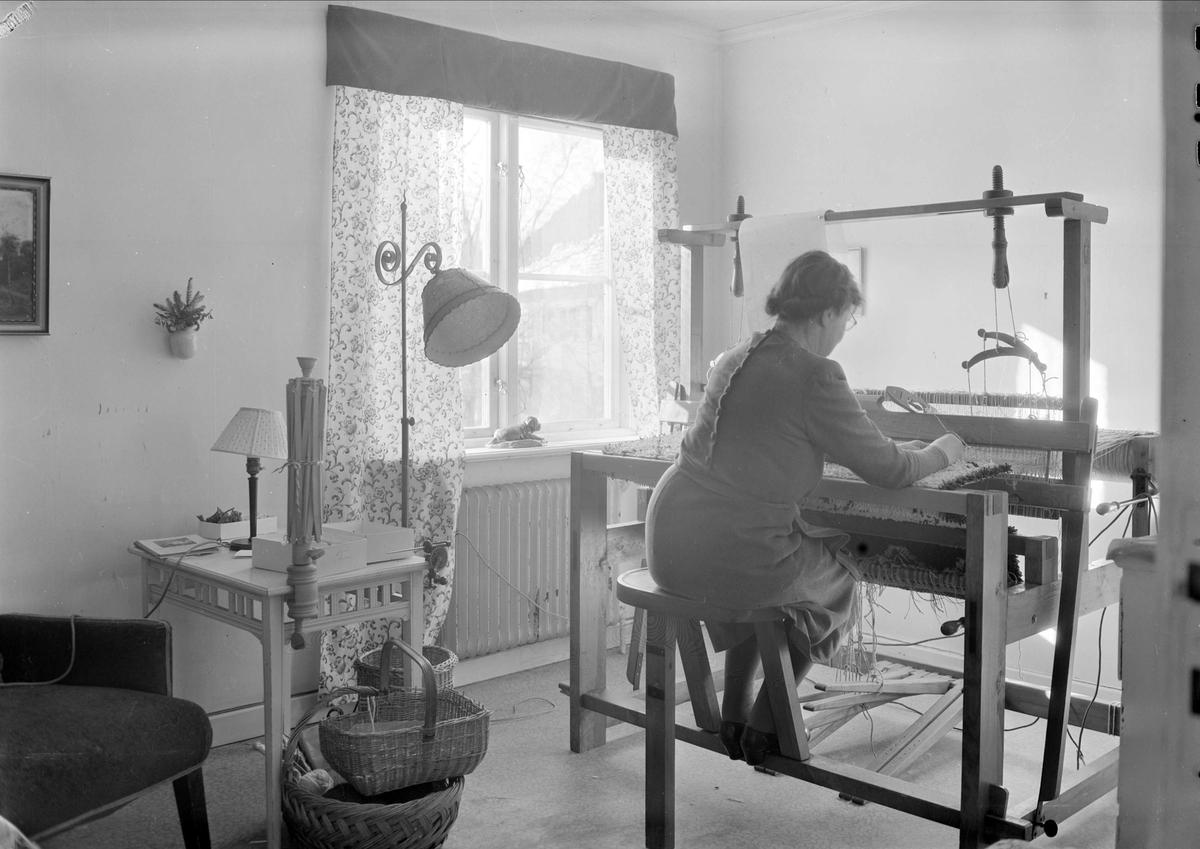 Kvinna väver i läkaren Olofs Bratts hem, Uppsala 1949
