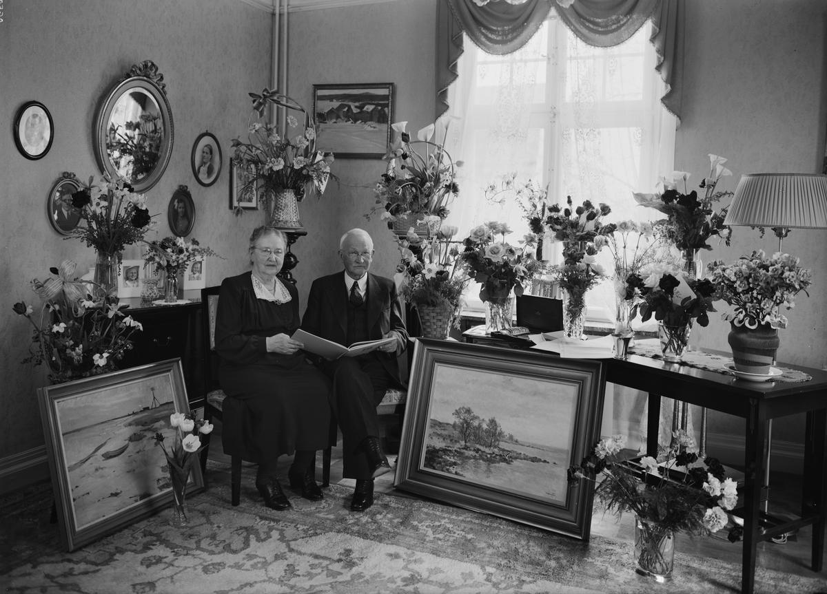 Födelsedagsporträtt - kvinna och man i hemmiljö, sannolikt Uppsala, 1946