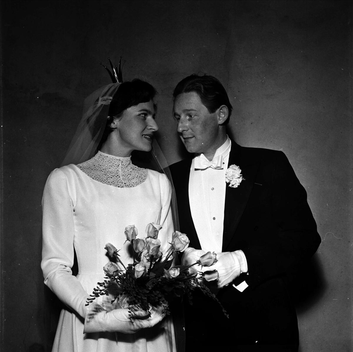c842957a3e9e Bröllop - brudparet Knutsson - Leshman i Helga Trefaldighets kyrka, Uppsala  1955
