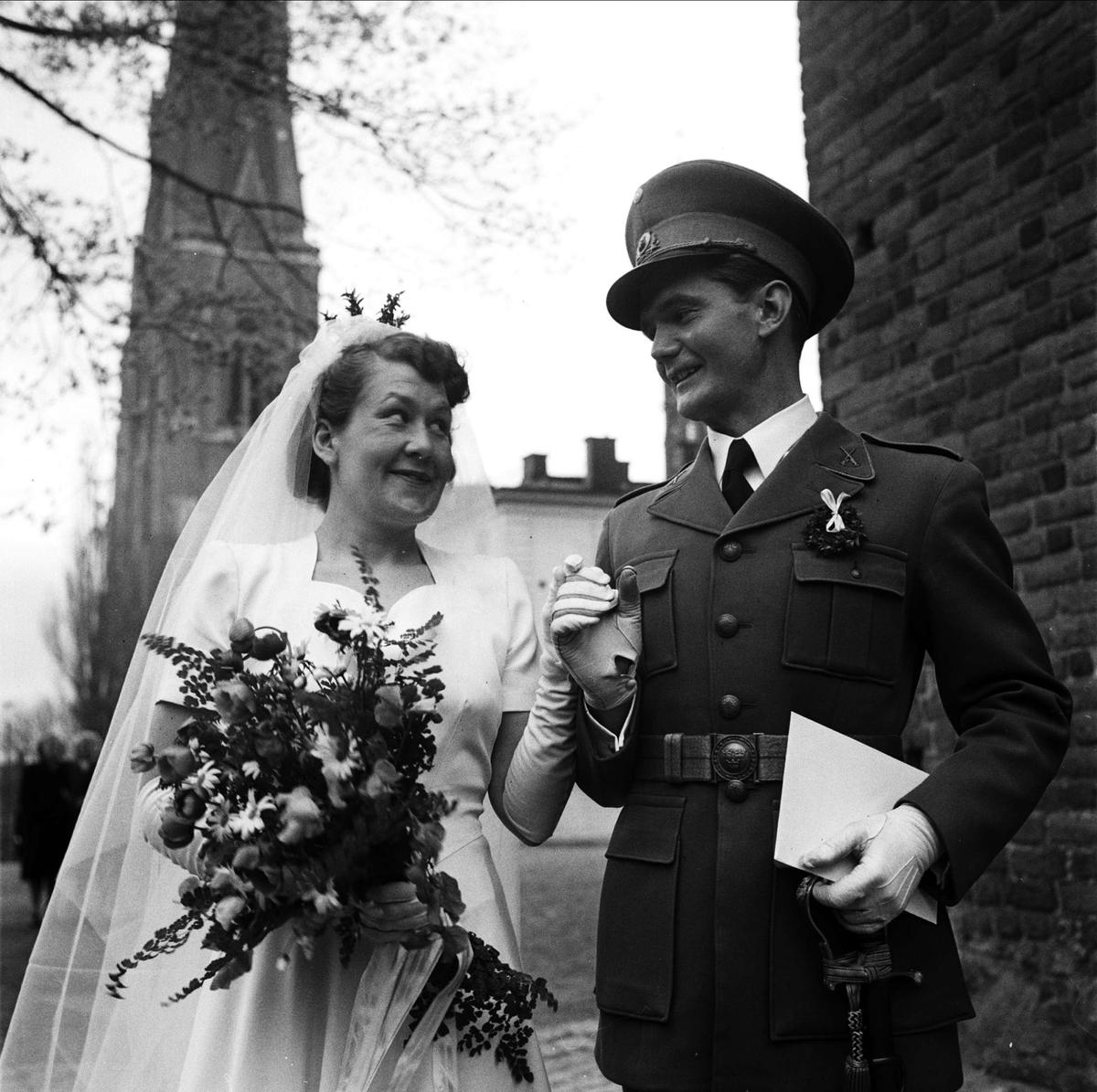 5ad4b75f23c1 Bröllop - brudparet Lundén utanför Helga Trefaldighets kyrka, Uppsala 1948