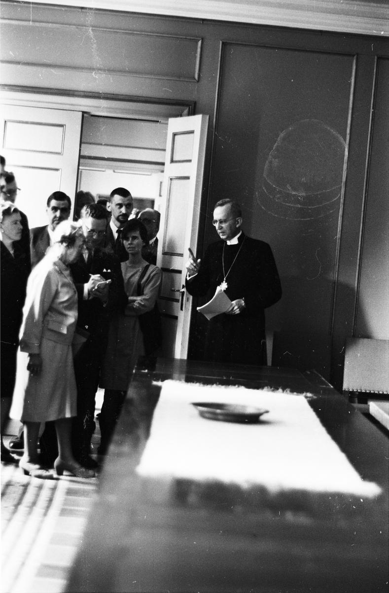 Uppsala ärkesätes 800-årsjubileum - ärkebiskop Gunnar Hultgren möter pressen, Uppsala juni 1964