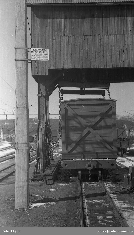 Sørumsand stasjon : omlastingskran med advarselskilt for kontaktledning
