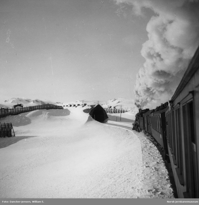 Tog 609/7601 nærmer seg Finse, fotografert bakfra i toget