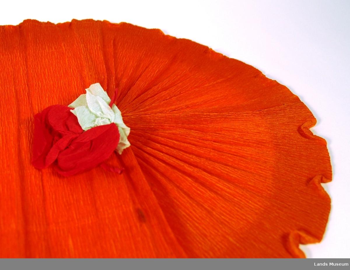 A: Lys grøn løper med volang, pålimt grøn sommerfugl. L: 108 cm, B: 25 cm B: Gul løper med pålimt påskelilje. L: 71 cm lang, B: 25 cm C: Oransje løper med pålimt Rød og kvit rose. L: 70 cm, B: 25 cm D: Pappeske, grå. L: 28 cm, B: 25 cm