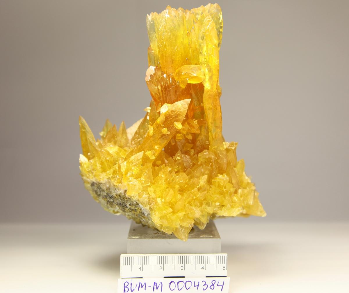 Kalsitt, gul, gjennomsiktig, stalagmitter. Dalen-Kjørholt 190N 111V.