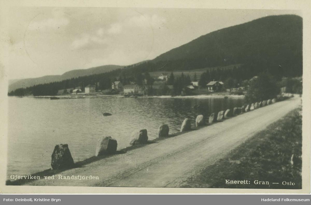 Gjervika ved Randsfjorden. Stabbestein langs vegen