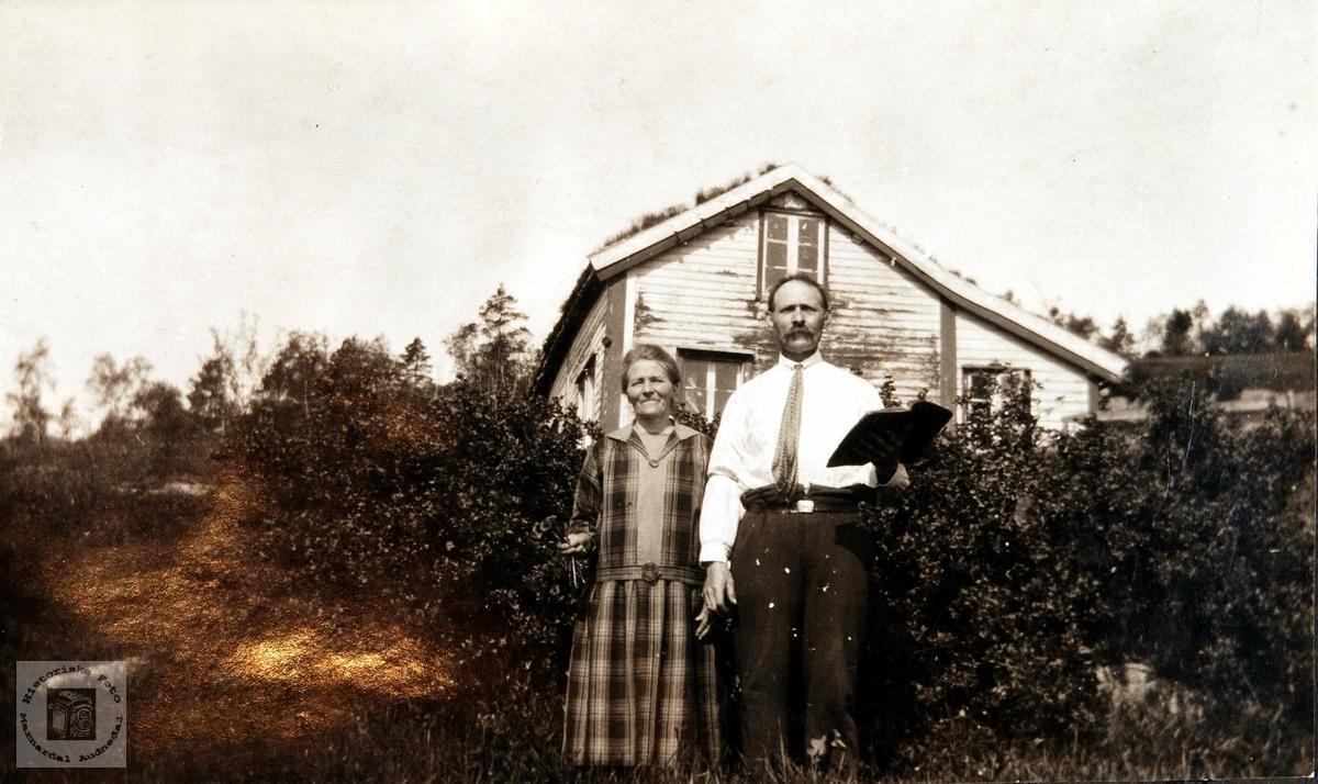 Med bibelen i hånd. Anne Marie og Jakob Hægland i Konsmo.