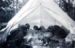 Litt trangt om plassen i teltet. Ungdommene Bransdal, Flottorp og Haaland fra Grindheim.