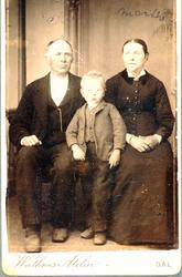 Familieportrett av familien Sveindal. Grindheim.