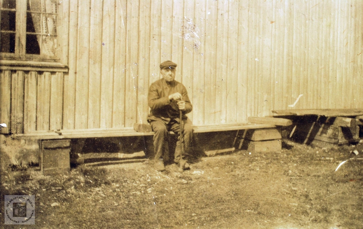 Knut Kollungtveit har ei kvilestund på benken. Grindheim.