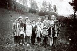 Barneflokk frå Sveindal skolekrets. Grindheim.