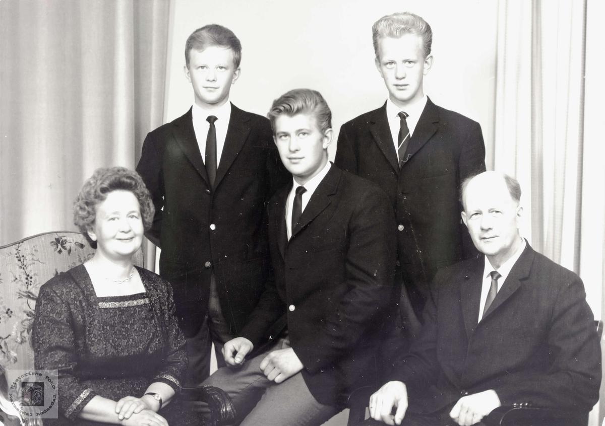 Mor og far Bransdal med voksne sønner.