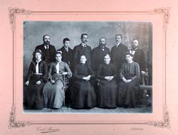 Portrett av 11 personer trolig fra Audnedal
