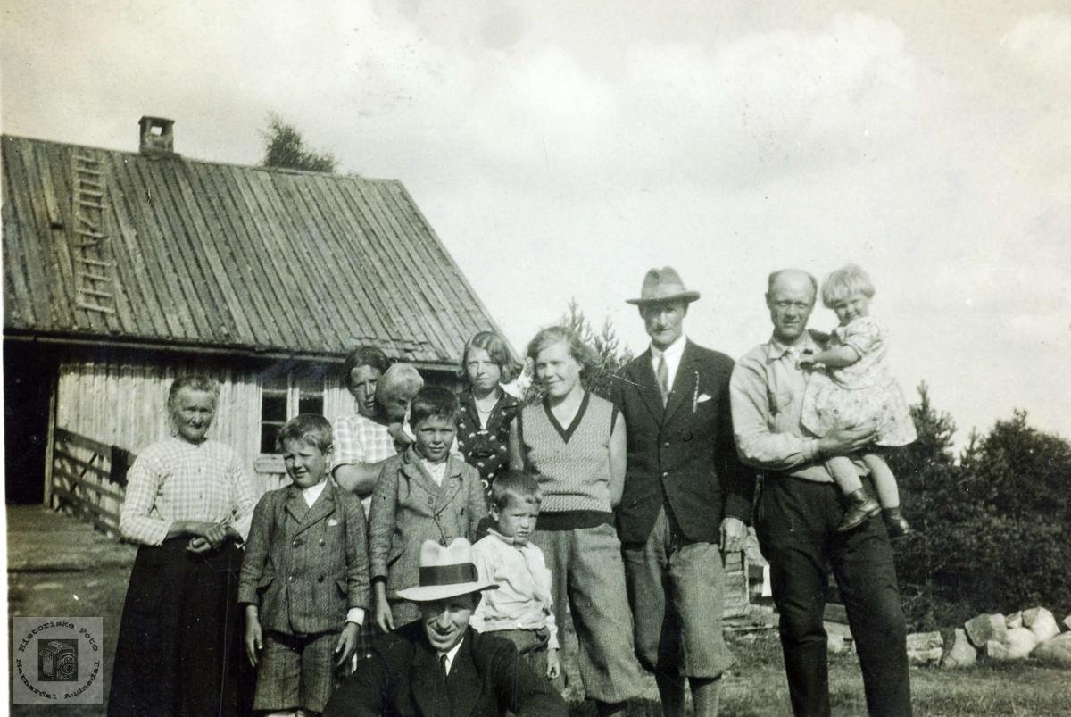 Familie og vennesamling på Øvre Flottorp. Grindheim Audnedal.