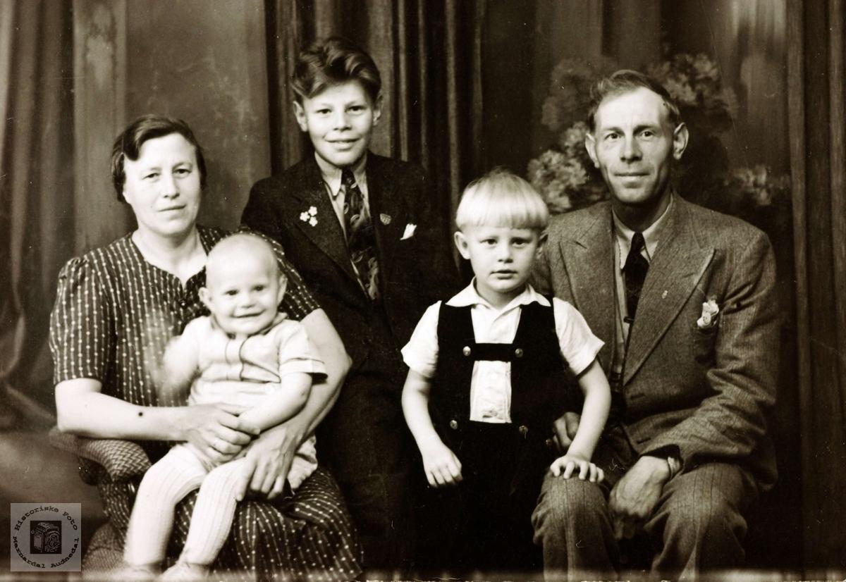 Bilde av familien Mydland. Hægebostad.