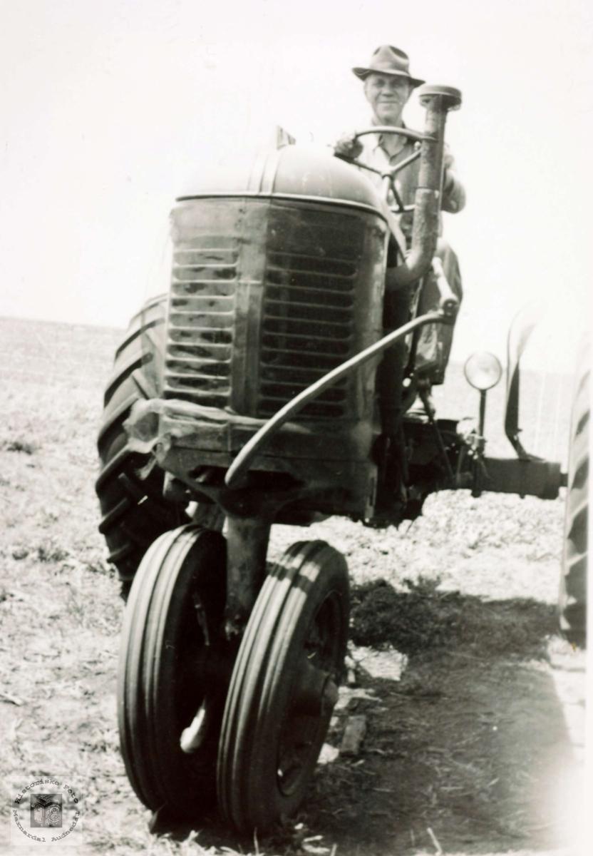 I arbeid med traktor på farmen i Amerika.