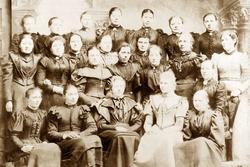 Elever ved Jordmorskolen i Kristiania etter avsluttet skoleg