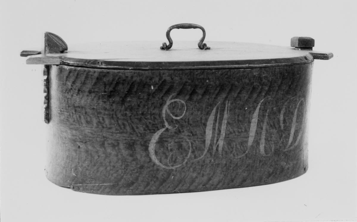 Tine med initialar til fyrste eigar og årstal langs sida.
