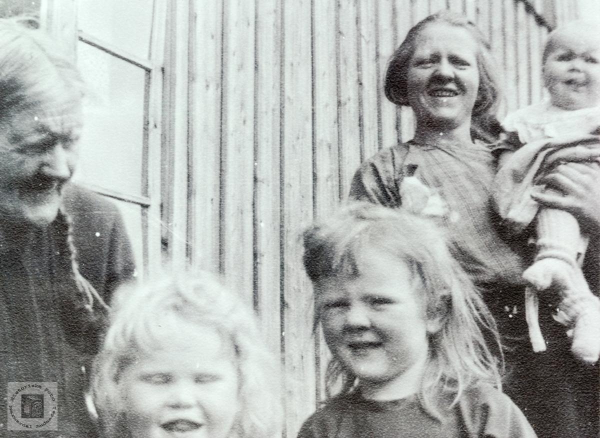 Familieportrett med 3 generasjoner på Iveland. Grindheim.