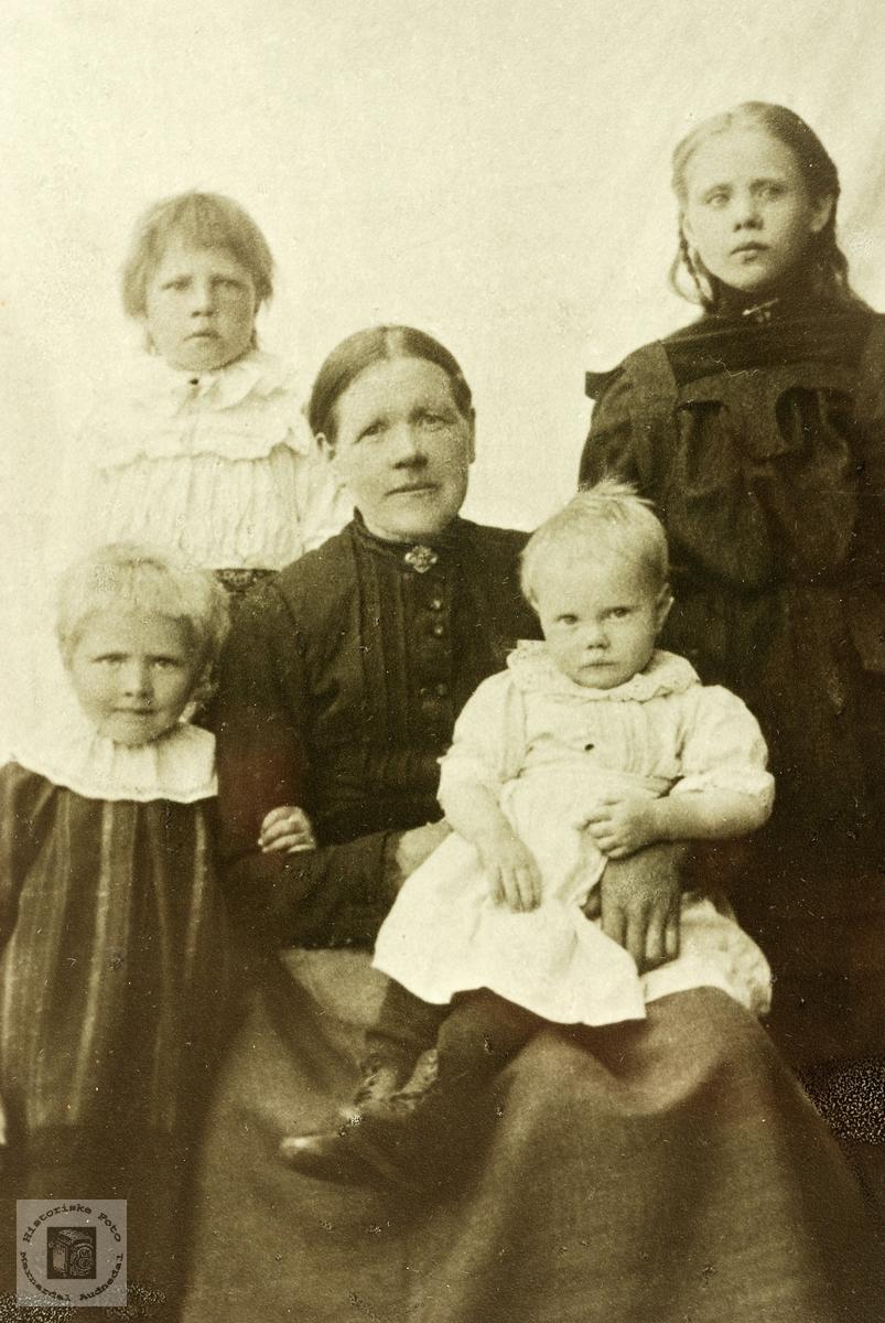 Portrett av familien Hellevand. Konsmo