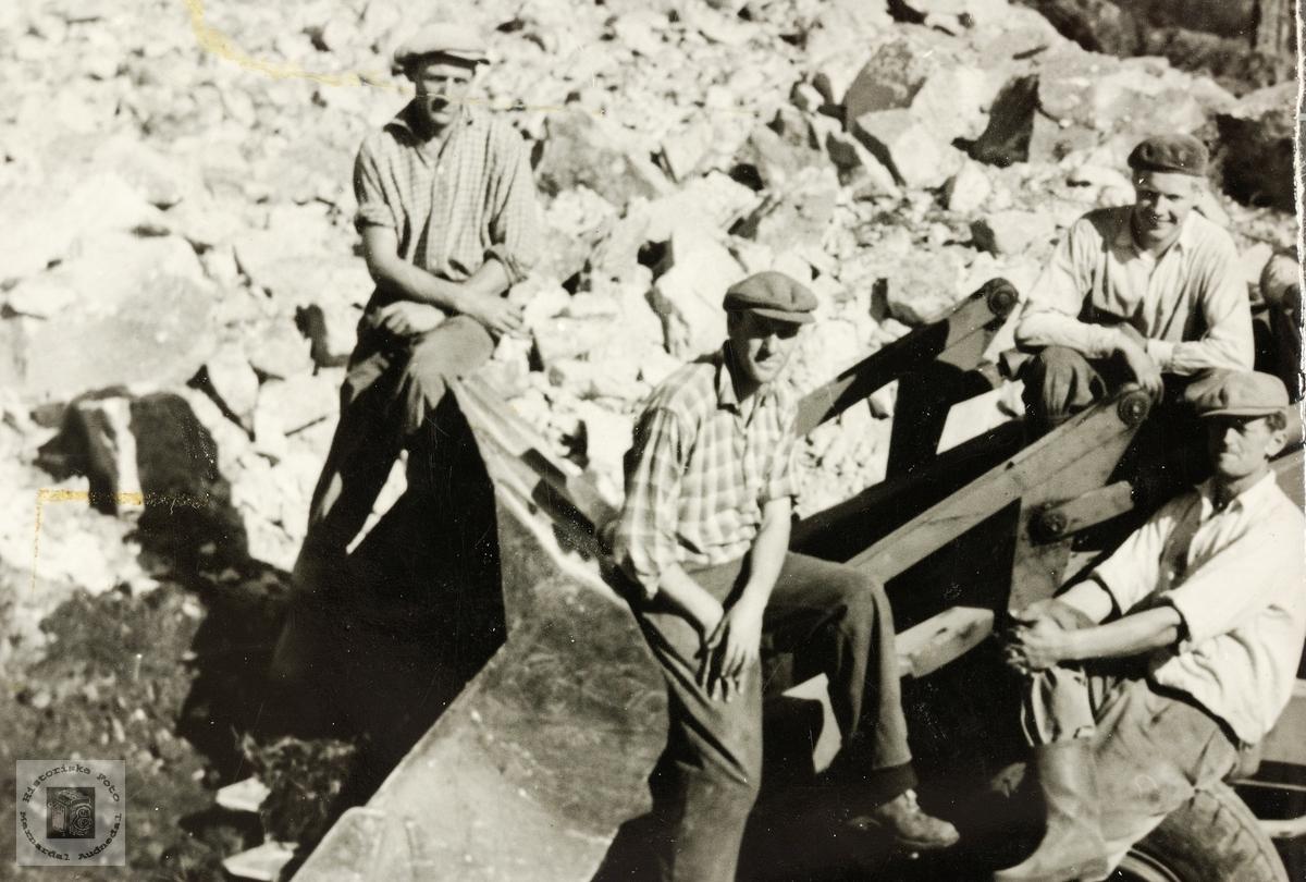 Fire man på veiarbeid. Grindheim ?