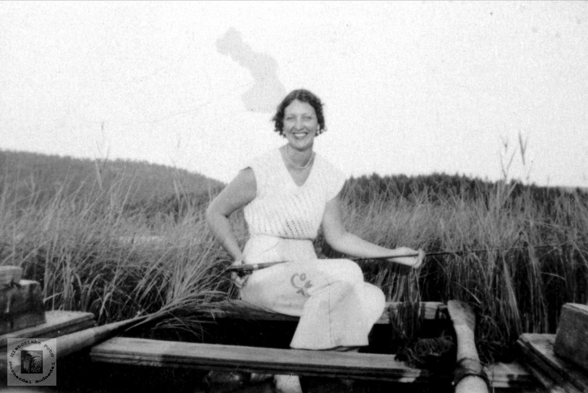 Portrett av Maud Lauge i båt, Bjelland.
