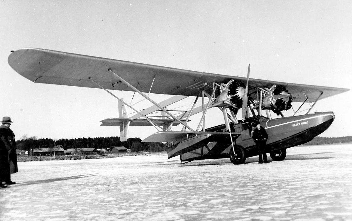 Trafikflygare Olle Ekman står framför flygplan Sikorsky S-38.