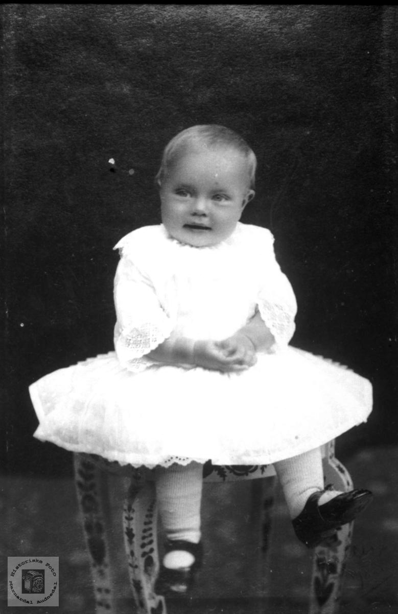 Portrett av søt jente i nydelig kjole trolig med røtter i Laudal